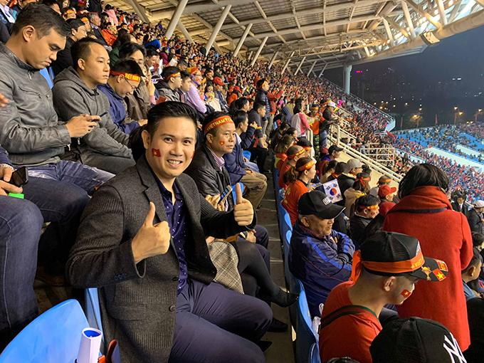 Vị doanh nhân trên khán đài cổ vũ đội tuyển Việt Nam trong trận chung kết.