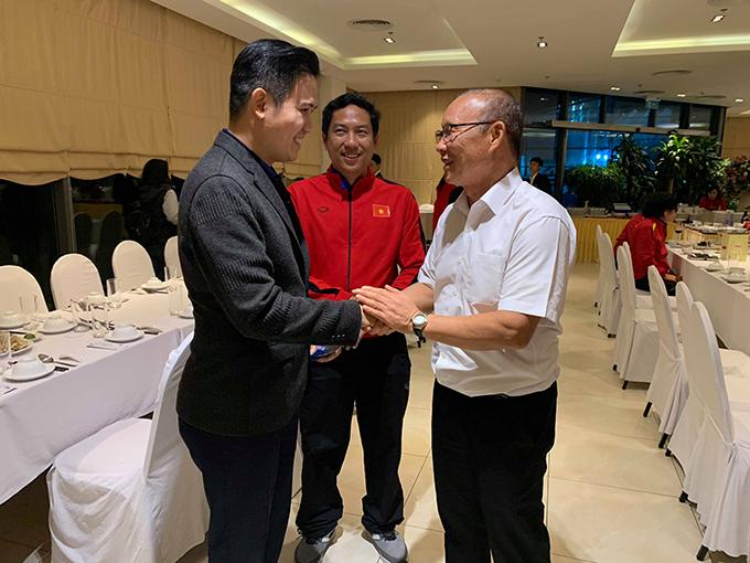 Chủ tịch Asanzo Phạm Văn Tam (trái) và ông Park Hang-seo tại khách sạn sau trận đấu.
