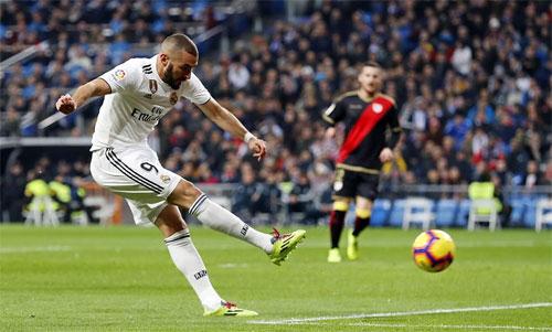 Benzema giúp Real gây áp lực với hai đội dẫn đầu. Ảnh: Reuters