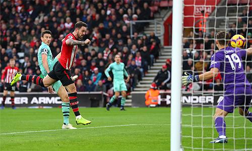 Danny Ings lập cú đúp đánh đầu vào lưới Arsenal. Ảnh: EPL.