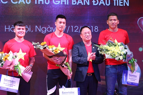 Các cầu thủ nhận giải thưởng từ Tổng giám đốc Eurowindow Nguyễn Cảnh Hồng.