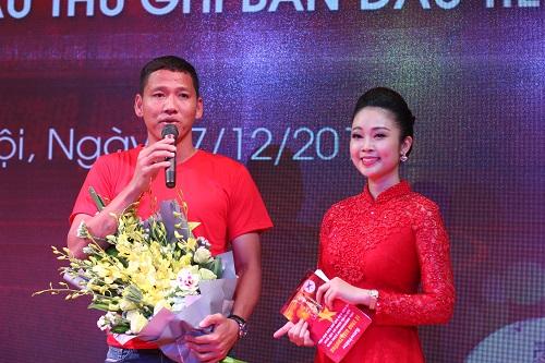 Cầu thủ Nguyễn Anh Đức, thay mặt cả độ gửi lời cảm ơn đến phần thưởngtừ doanh nghiệp.