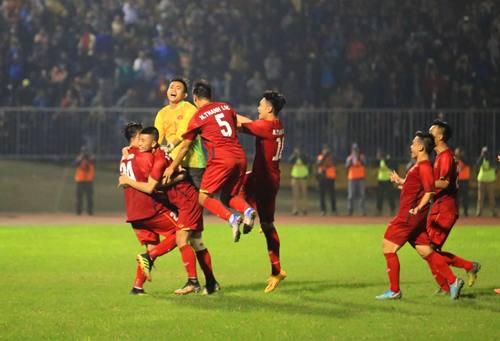 Các cầu thủ U21 Việt Nam ăn mừng sau khi vượt qua U21 Myanmar. Ảnh: Võ Thạnh