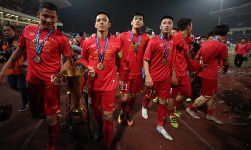 Anh Đức (bìa trái) và Văn Quyết (thứ hai từ trái sang) không có tên trong danh sách triệu tập chuẩn bị cho Asian Cup 2019. Ảnh: Đức Đồng.