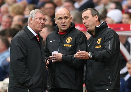 Ông Mike Phelan (giữa) khi làm trợ lý cho HLV Ferguson. Ảnh:Offside.