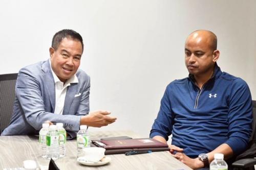 Chủ tịch Liên đoàn bóng đá Thái Lan, Somyot và tân trợ lý Choketawee. Ảnh: