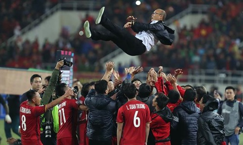 Cầu thủ Việt Nam tung hô HLV Park Hang-seo sau chức vô địch AFF Cup 2018. Ảnh: Lâm Đồng.