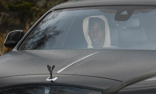 Pogba lái xe rời sân tập Carrington vàothứ ba, thời điểm Man Utd thông báo sa thải Mourinho. Ảnh:AFP.