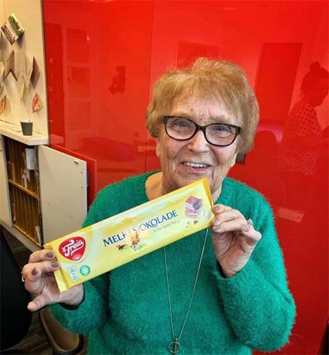 Bà Kath Phipps và món quà từ HLV mới.