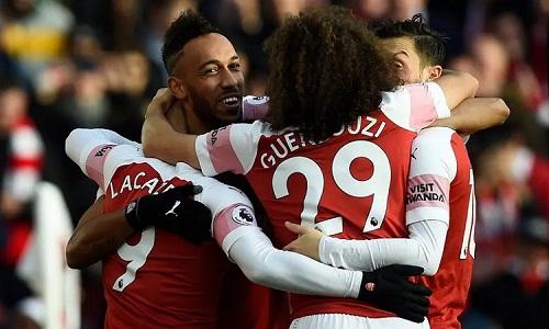 Aubameyang ghi hai bàn, giúp Arsenal bằng điểm Chelsea. Ảnh: EPA.