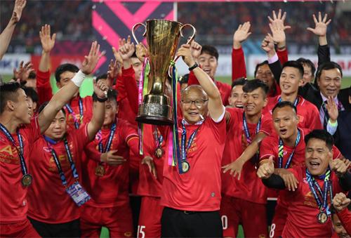 HLV Park Hang-seo nâng cao chức vô địch AFF Cup sau khi hạ Malaysia 1-0 tại Mỹ Đình tối ngày 15/11.