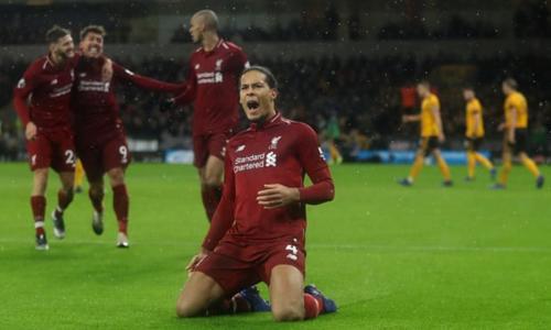 Van Dijk chia vui sau khi ghi bàn đầu tiên ở Ngoại hạng Anh cho Liverpool trong trận đấu gặp Wolves. Ảnh:AFP.