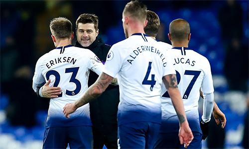 Pochettino chúc mừng các học trò sau trận thắng Everton 6-2 hôm qua. Ảnh: Rex.