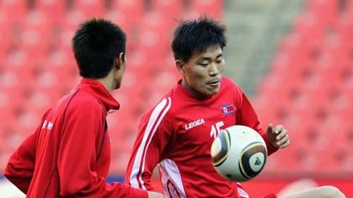 HLV hiện tại của Triều Tiên - Kim Yong-jun (phải) - từng dự World Cup 2010 dưới tư cách cầu thủ. Ảnh: AFC.
