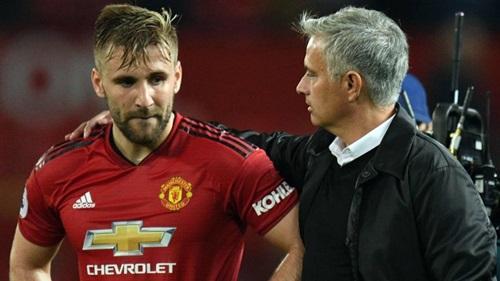 Shaw (trái) và Mourinho từng mâu thuẫn. Mùa trước, anh bị gạt xuống thành lựa chọn thứ ba bên cánh trái, sau Ashley Young vàDaley Blind. Ảnh: PA.