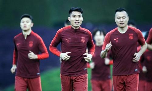 Trịnh Trí (giữa), 38 tuổi, nhưng vẫn là đội trưởng của tuyển Trung Quốc. Ảnh: Sina.