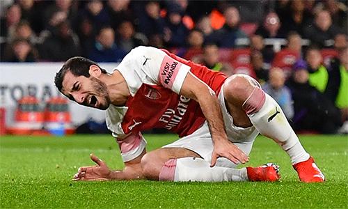 Mkhitaryan đau đớn vì chấn thương cuối hiệp một trận thua Tottenham ở tứ kết Cup Liên đoàn. Ảnh: AFP.
