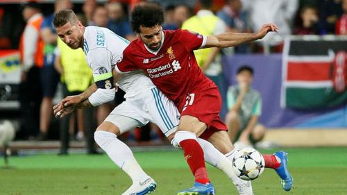 Pha va chạm với Ramos khiến Salah chịu ảnh hưởng lâu dài. Ảnh:Reuters.