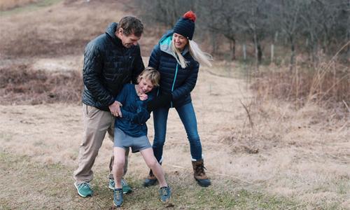 Bố Scott và mẹ Daniella luôn ở bên Nate trong quá trình điều trị bệnh cũng như khi cậu bé tập luyện và chạy thi full marathon.