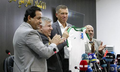 HLV Katanec (cầm áo) yêu cầu người hâm mộ Iraq bình tĩnh. Ông cũng đặt mục tiêu giành vé dự World Cup 2022.
