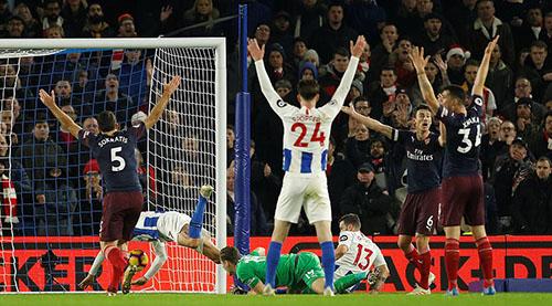 Brighton đưa được bóng vào lưới Arsenal giữa hiệp một nhưng không được công nhận. Ảnh: Reuters.