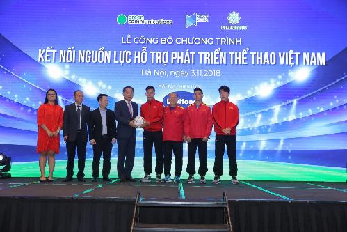 Ông Lee Young Kyun nhận quà lưu niệm từ đội tuyển Việt Nam.