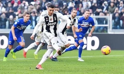Ronaldo ghi bàn ấn định tỷ số 2-1 trên chấm 11m. Ảnh: EPA.