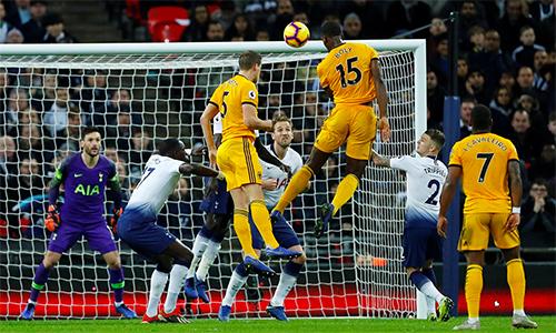 Tottenham sụp đổ sau bàn gỡ hoà 1-1 này của Boly. Ảnh: PL.