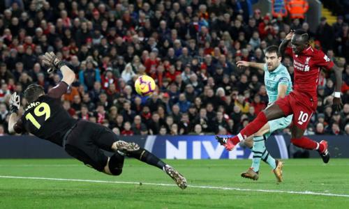 Mane đệm bóng vào lưới từ pha dọn cỗ của Salah. Ảnh: Reuters.