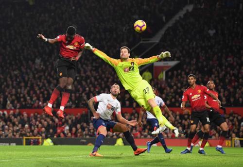 Pogba đánh đầu tung lưới Bournemouth. Ảnh:AFP.