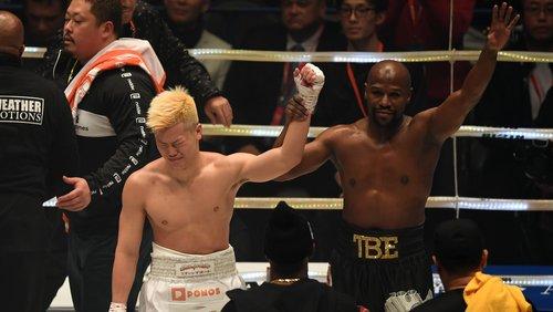 Mayweather chia vui cùng đối thủ trong khi Nasukawa tỏ ra thất vọng. Ảnh:AP.