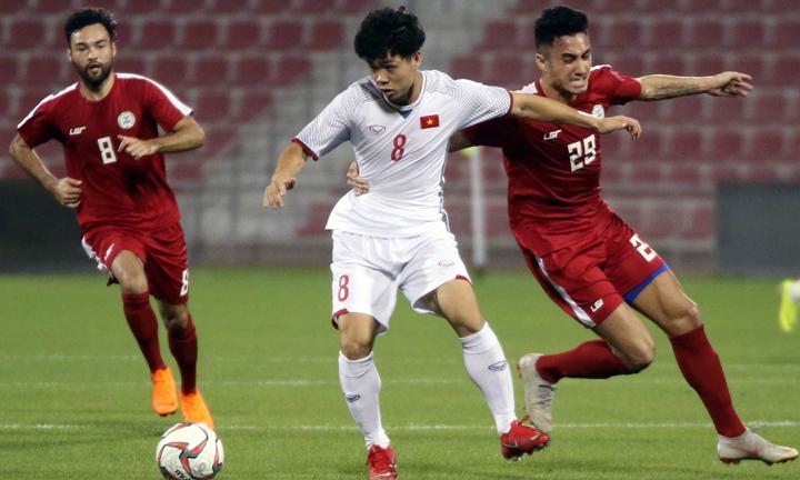 Việt Nam (áo trắng)đang tập huấn ở Doha (Qatar) chuẩn bị cho Asian Cup. Ảnh: VFF.