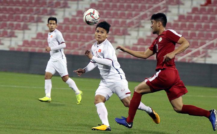 Quang Hải tranh chấp bóng với cầu thủ Philippines trong trận đấu ở Qatar vừa qua. Ảnh: Đoàn Huynh.