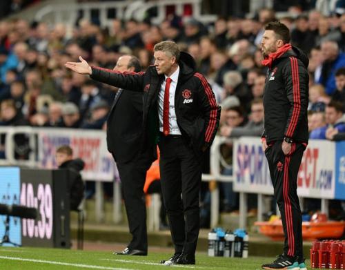 Solskjaer trở thành huấn luyện viên thứ hai sau Matt Busbygiành chiến thắng bốn trận đầu tiên tại giải vô địch Anh cùng Man Utd. Ảnh:Rex.