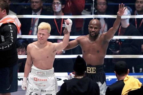 Mayweather (phải) thắng dễ Nasukawa tối 31/12, dù đánh không nghiêm túc. Ảnh: Reuters.