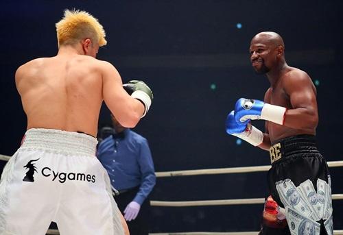 Mayweather (phải) cười mỉm gần như suốt trận đấu với Nasukawa. Ảnh: AP.