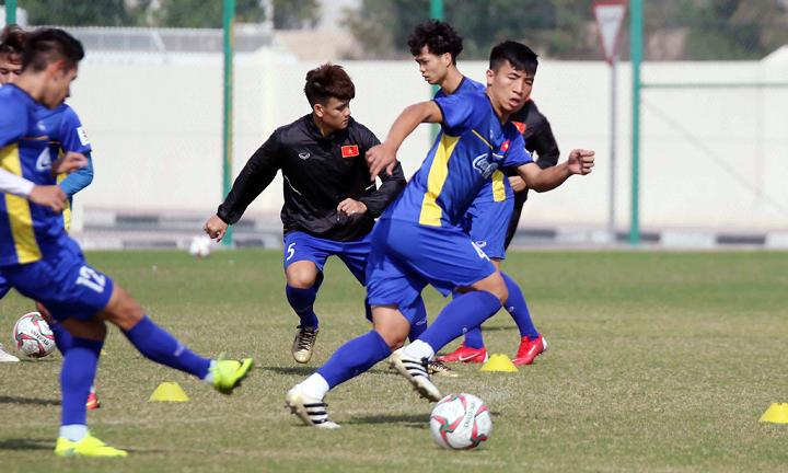 Tiến Dũng (số 4)tích cực tập luyệntại Doha, Qatar, để mong được đá chính khi vào chiến dịch Asian Cup. Ảnh: VFF.