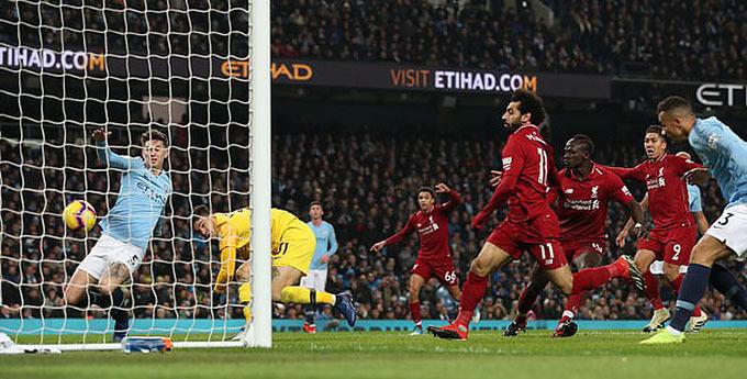 Liverpool lỡ bàn thắng vì bóng dính vạch 1,1 cm