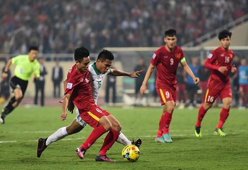 Vũ Minh Tuấn dứt điểm ghi bàn trong trận bán kết AFF Cup 2016 với Indonesia.