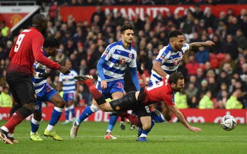 Tình huống Mata bị phạm lỗi dẫn tới bàn mở tỷ số. Ảnh:AFP.