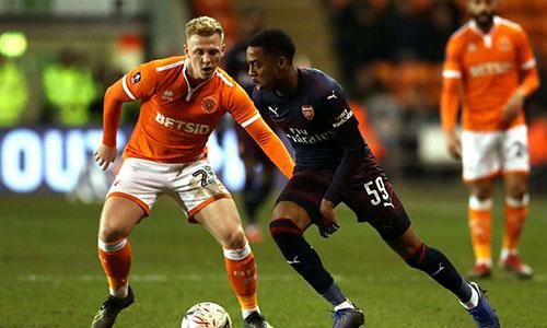 Willock (áo đen) lập cú đúp trong trận gặp Blackpool. Ảnh: AP.