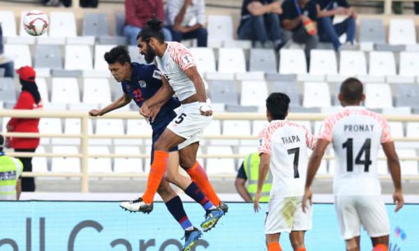 Thái Lan (áo xanh) lép vế trước Ấn Độ trong hiệp hai. Ảnh: AFC.