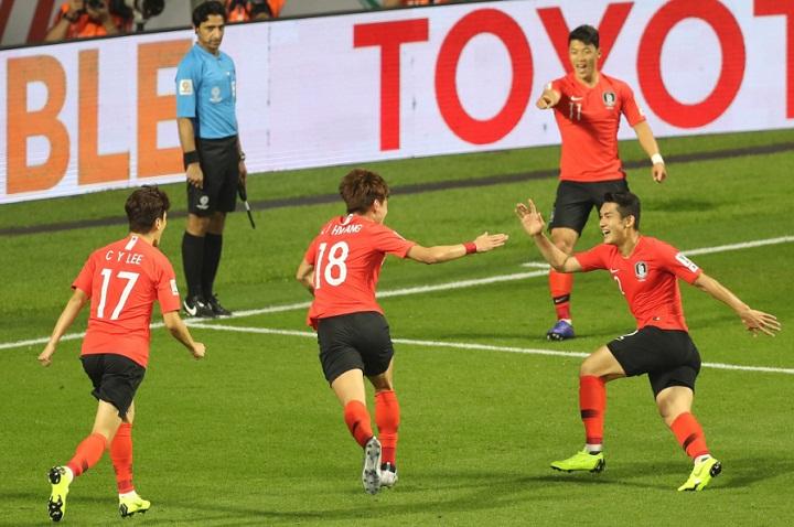 Hwang Ui-jo chia vui cùng đồng đội sau khi ghi bàn thắng duy nhất của trận đấu. Ảnh: Asian Cup.