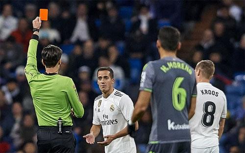 Vazquez tự làm khó đội nhà bằng việc nhận thẻ đỏ.