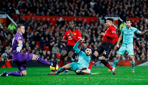 Man Utd và Arsenal từng hoà 2-2 ở lần chạm trán gần nhất tại Ngoại hạng Anh hôm 6/12. Ảnh: Reuters.