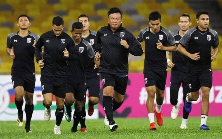 HLVSirisak kêu gọi sự tập trung và quyết tâm từ các cầu thủ. Ảnh: Goal.
