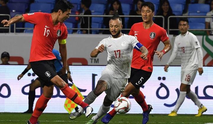 Schrock mang băng thủ quân của Philippines trong trận đấu Hàn Quốc khi Phil Younghusband dự bị. Ảnh: Fox.