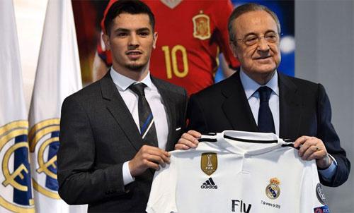 Diaz ra mắt với Chủ tịch Real, Florentino Perez. Ảnh: Reuters