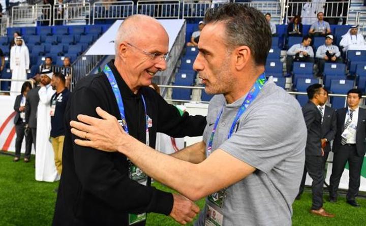 Bento (phải) có chiến thắng đầu tay ở Asian Cup 2019, trước tiền bối Eriksson. Ảnh: AFC.