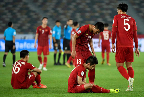 Đồng đội an ủi Hồng Duy, người phạm lỗi dẫn tới cú sút phạt thành bàn của Ali Adnan. Ảnh: AP.